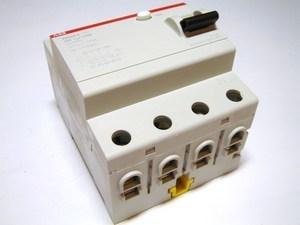 <p> Aвтомат тока утечки 3-фазный 40 A, 30мA(0,03A), ABB, FH204A-40/0,03P, 2CSF204102U1400</p>
