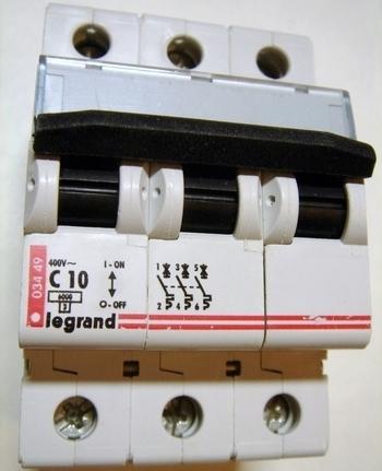 <p> Moodulkaitselüliti 3-faasiline, C 10A, Legrand, 03449</p>