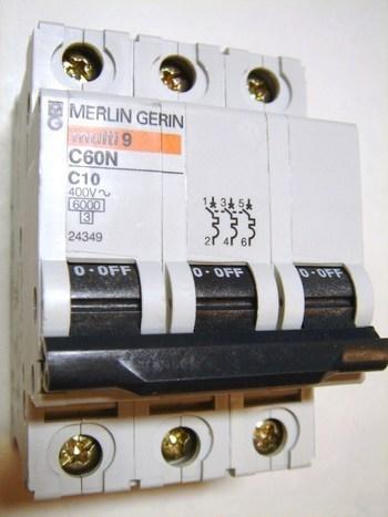 <p> Moodulkaitselüliti 3-faasiline, C 10A, Merlin Gerin, C60N, 24349</p>