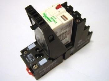<p> Relee Schneider Electric RXM3AB2B7 koos pesaga RXZE2S111M</p>