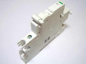<p> Abikontakt 1NO/NC, Schneider Electric, Acti9 iOF, A9A26924, 008790</p>