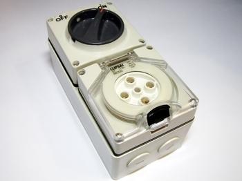 <p> Jõupindpesa 32A /~500V, lülitiga, Clipsal, 56C532</p>