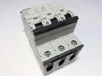 <p> Moodulkaitselüliti 3-faasiline, D 10A, Siemens, 5SY6310-8</p>