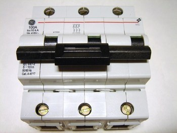 <p> Модульный автоматический выключатель 3-фазный, C 100A, General Electric, HTI103C100, 671541</p>